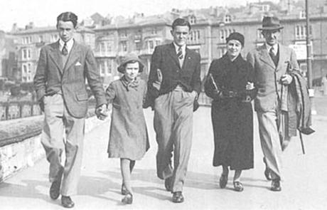 JRR Tolkien con su familia en 1940
