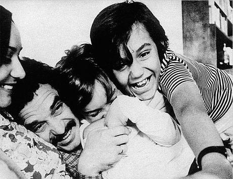 Preciosa fotografía de Gabriel García Márquez con su mujer e hijos