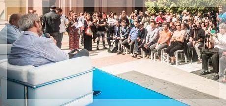 Lombardi y Panozzo, en el Centro Cultural recoleta, de espaldas a la cámara. Foto que el ministro de Cultura publicó en su cuenta de Twitter.