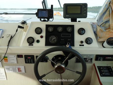 Los controles del barco casa en Amieira Marina