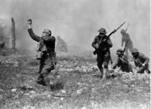 un soldado se ahoga en una nube de gas