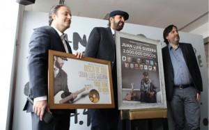 Disco de oro A Juan Luis Guerra