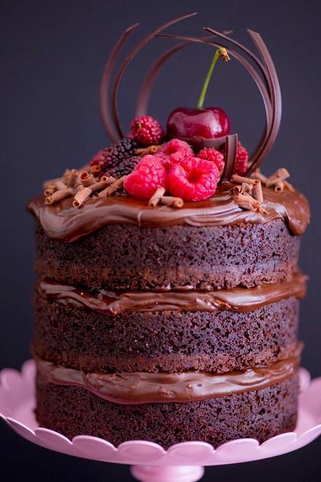 Pastel chocolate con cereza
