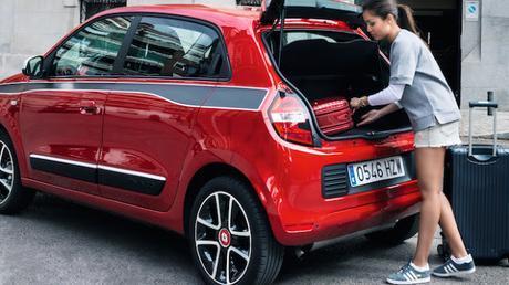 Hiba Abouk recorre Madrid con el nuevo Renault Twingo