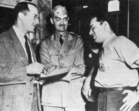 Robert A. Heinlein, L. Sprague de Camp e Isaac Asimov, en Philadelphia Navy Yard, 1944.