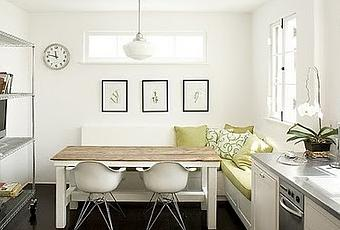 Cocina blanca con banco en esquina y sillas eames paperblog for Banco de esquina para cocina