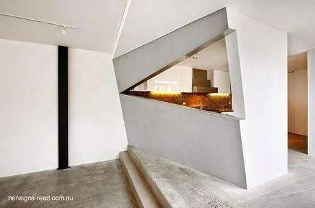 Casa urbana de dos plantas y un nivel soterrado en Australia.