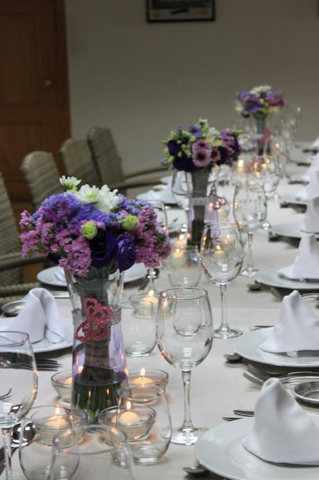 Centro de mesas de flores para primera comunión