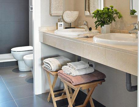 Consejos de decoraci n de ba os peque os alargados y estrechos paperblog - Banos con dos lavabos ...
