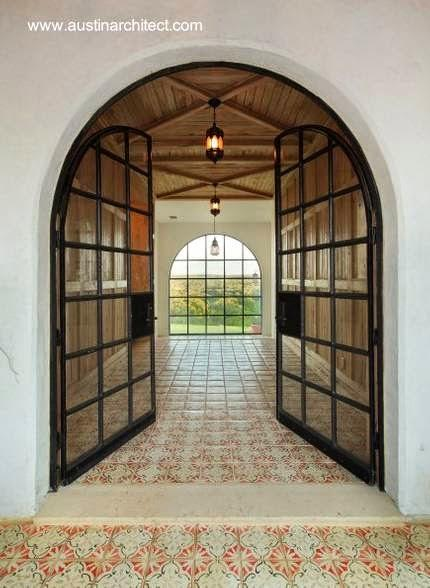 Dos casas de estilo y lujo residencias renovadas en for Puertas en forma de arco