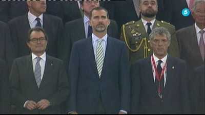 Pitada al himno en presencia de Felipe VI