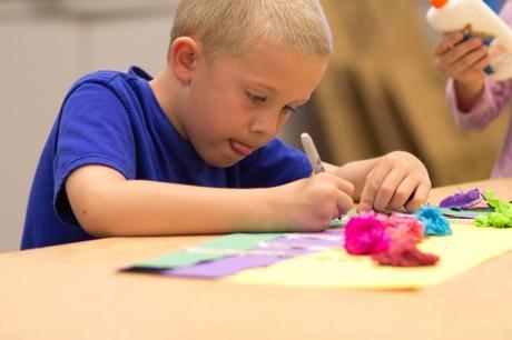 ¿Por qué los niños sacan la lengua cuando están concentrados?