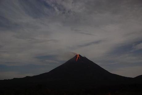 Foto del volcán Arenal de la web www.arenal.net