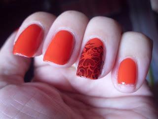 Manicura Roja estampada con flor