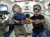 Astronautas transbordador juegan ajedrez espacio