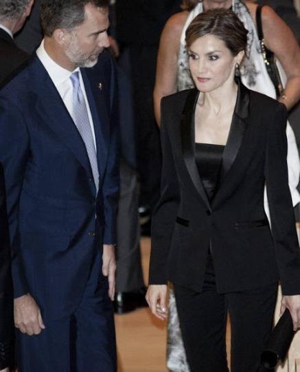 Dña. Letizia en Girona, del esmoquin al garrafal look con pantalón pijama