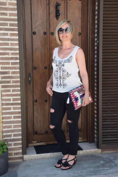 Top étnico con ripped jeans