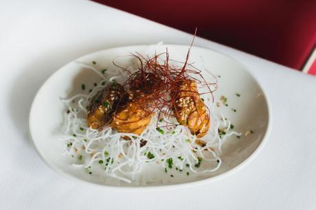 12. (JUNIO) Daditos de pollo marinados en teriyaki con nido de fideos crujietes y shichimi