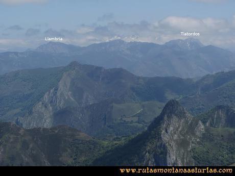 Ruta Les Campes Peña Mea: Vista de la Llambria y el Tiatordos