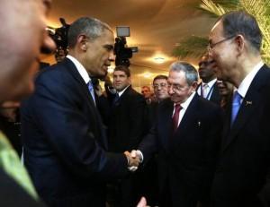 El presidente de EEUU Barack Obama saluda su homólogo cubano, Raúl Castro, en la Cumbre de las Américas. (EFE)