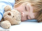 hijo duerme peluches