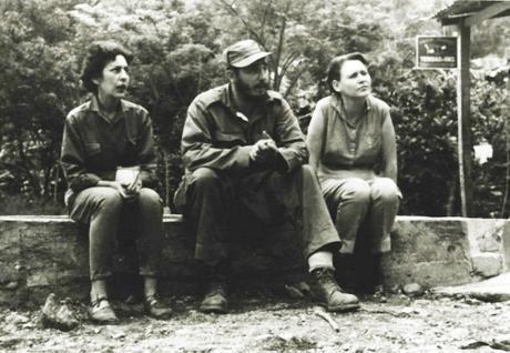 A la izquierda Celia Sánchez, Fidel Castro y Haydée Santamaría (foto tomada de Internet)