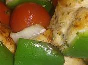 Brochetas pollo verduras.