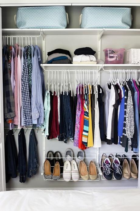 Trucos para organizar tu ropa en el armario para que ocupe - Organizar armarios ropa ...