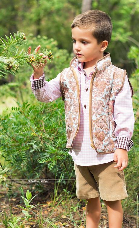 Niño en bosque con ropa de niño Mikos Alhama