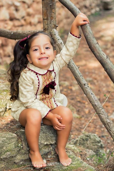 Niña con vestido de niña en bosque Mikos Alhama de Murcia