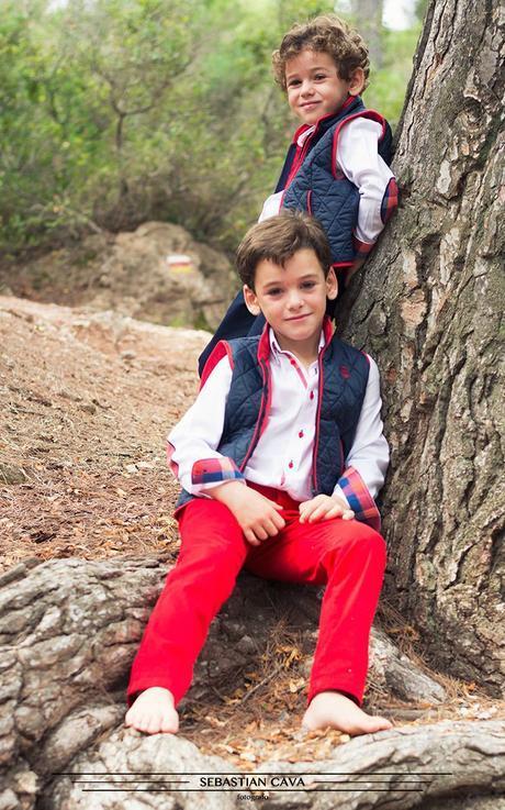 Niños con ropa de niño en bosque Mikos Alhama