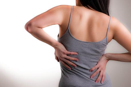 La espalda curva al niño sobre un año