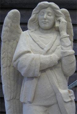 Ángel hablando por el móvil con dios en catedral holandesa