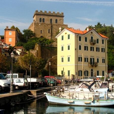 Muggia antiguo pueblo de pescadores donde se mezclan el ambiente social con los cafés y tiendas locales.