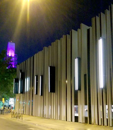 Im genes nocturnas del centro cultural dise ado por a cero for Calle jardines getafe