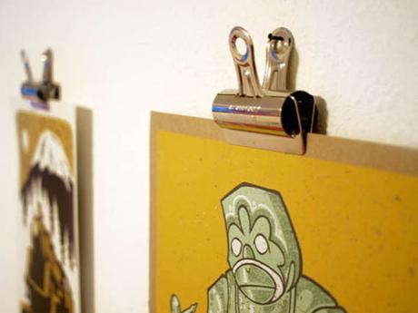 Ideas para colgar posters y fotos sin marco paperblog for Como colgar un espejo sin marco en la pared