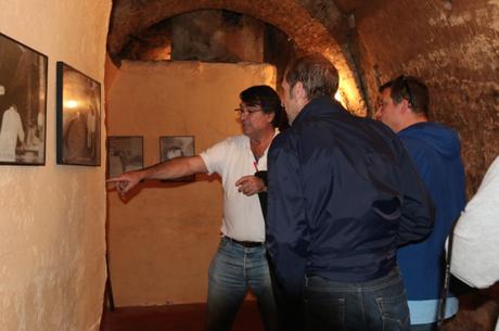 Ignacio Segovia, fundador de Winebus, haciendo de guía en inglés a los turistas