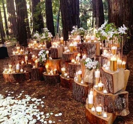 wedding inspiration: backdrop de troncos y velas para una ceremonia