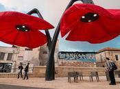 Flores gigantes interactivas para sombra peatones Jerusalén Urbano