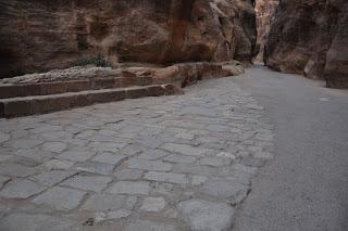 Restos de la calzada en El Siq, Petra