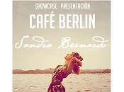 Sandra Bernardo espera Café Berlín