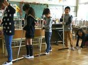 niños japoneses limpian baños escuela