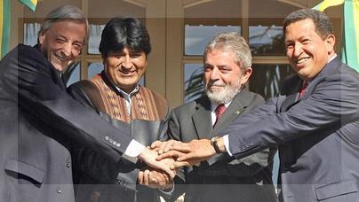 Los presidentesNéstor Kirchner, Evo Morales, Luiz Inacio Lula da Silva yHugo Chávez en Puerto Iguazú. Mayo de2006.Foto deAntonio Scorza parala agencia France-Press