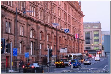 Banderas, vehículos circulando por la izquierda, no hay duda de donde estamos