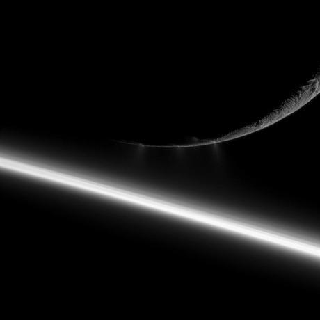 Cassini encuentra grietas cálidas en Encélado