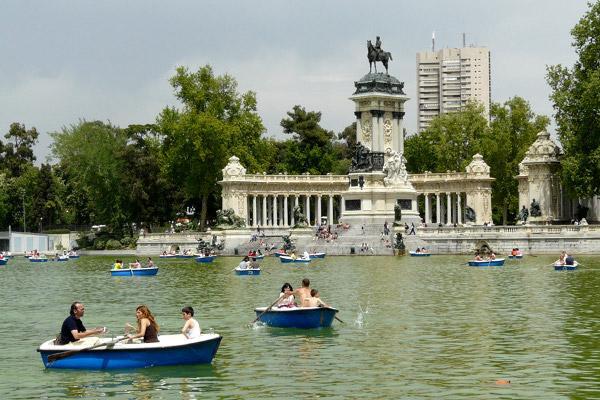 Diez lugares para visitar en madrid paperblog for Parque del retiro barcas