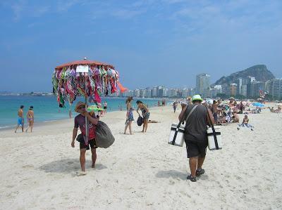 Vendedores en Playa Copacabana, Rio de Janeiro, Brasil, La vuelta al mundo de Asun y Ricardo, round the world, mundoporlibre.com