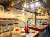 Aspecto industrial colorido esta pizzería Nueva Delhi
