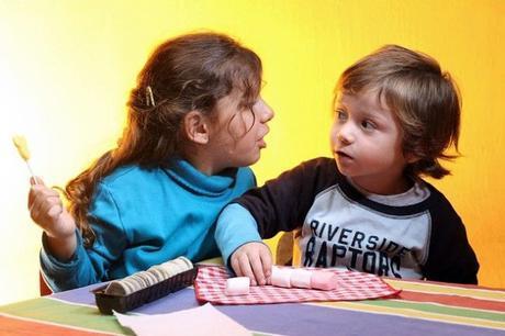 ¿Cómo afecta al desarrollo educativo de un niño estar rodeado de dispositivos móviles desde temprana edad?