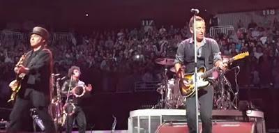 Bruce Springsteen & The E Street Band versionan a David Bowie en la primera noche de su nueva gira